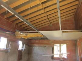 Plafond sur ossature primaire.